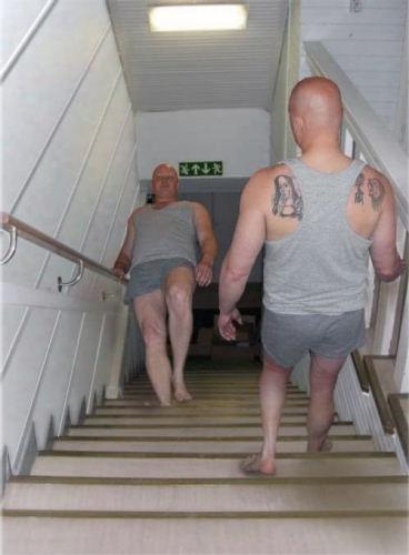 illusion-enigme-homme-monte-descend-escalier.jpg