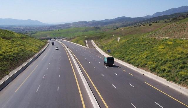 car roule sur une autoroute