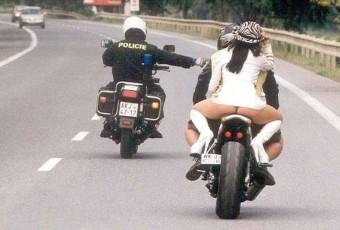 fille string moto policier